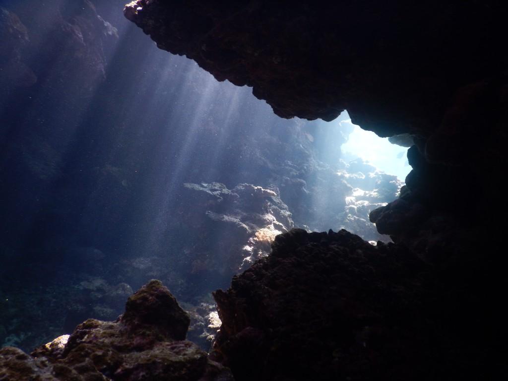 岩陰から覗くとその先には光のカーテンが。