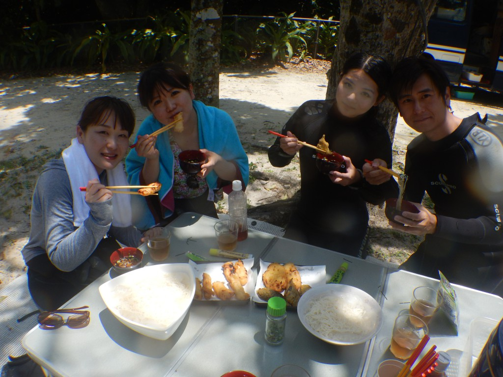 お昼はみんなで楽しくピクニック気分