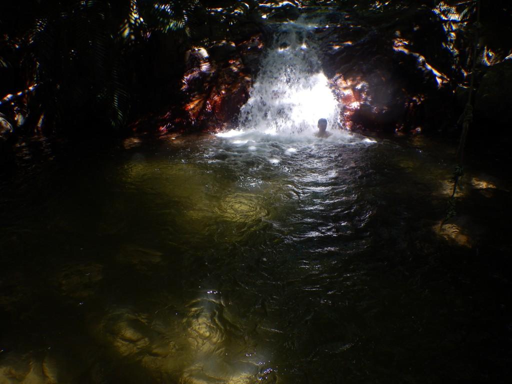 荒川の滝つぼで水遊び