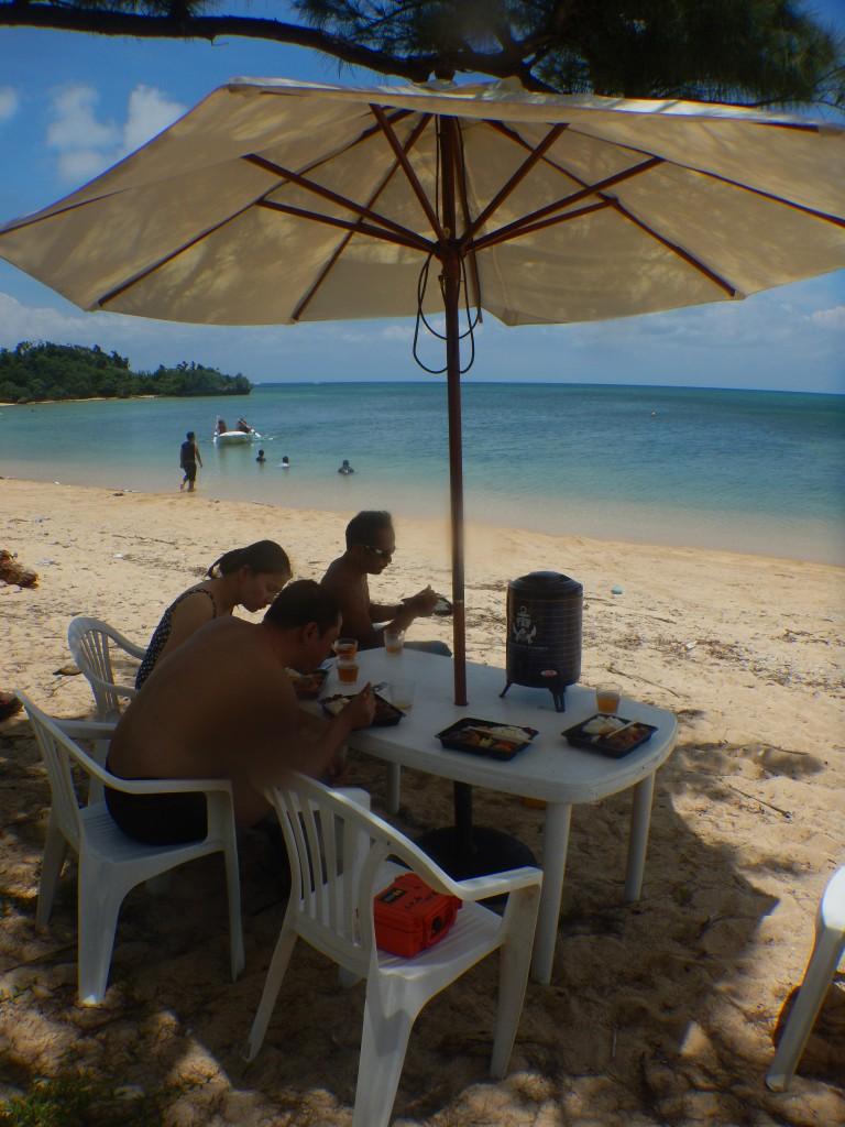 崎枝ビーチでお昼ご飯!