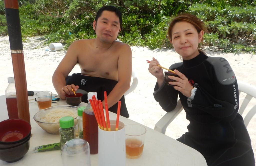 ビーチでお昼ご飯を食べてます