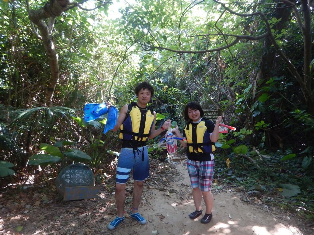 青の洞窟ジャングル入り口で記念撮影
