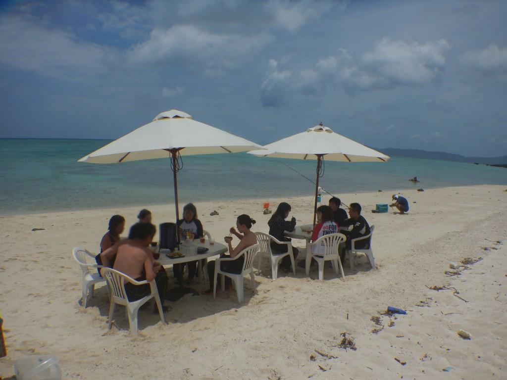 ビーチにパラソルを設置してお昼休憩です