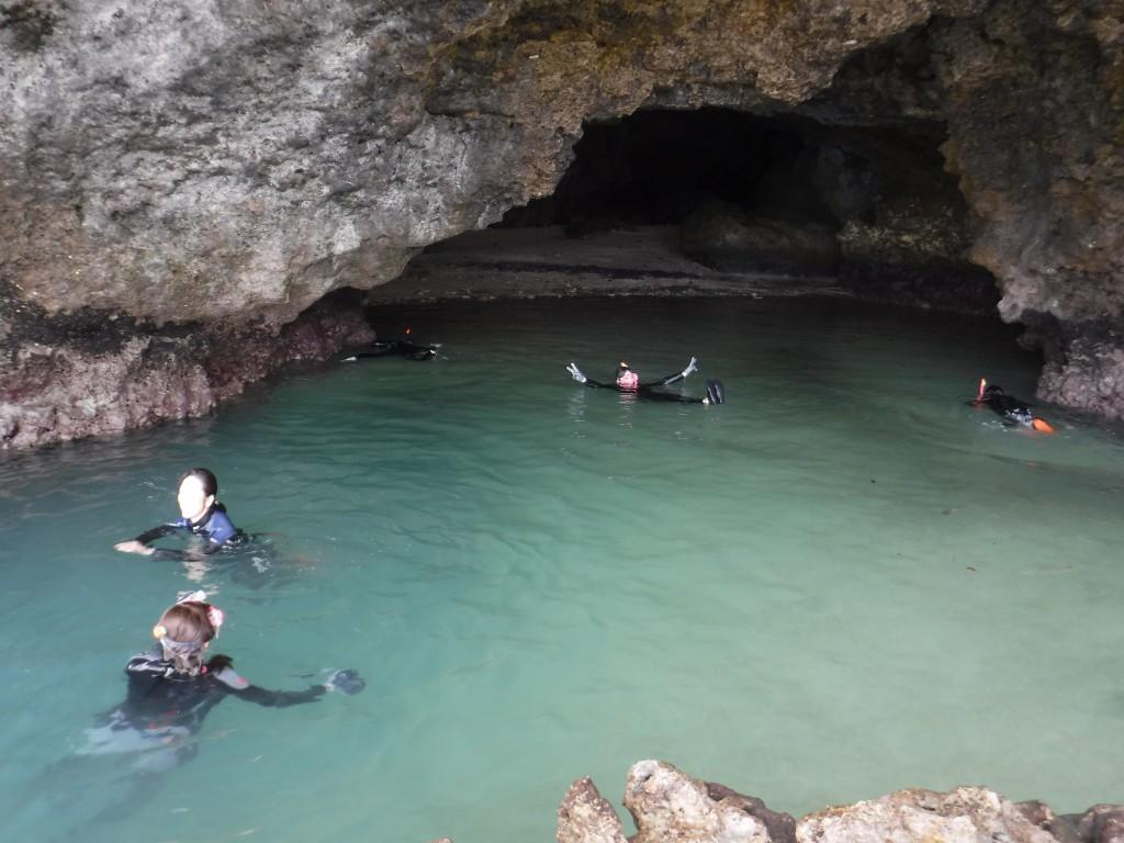 青の洞窟正面でシュノーケル