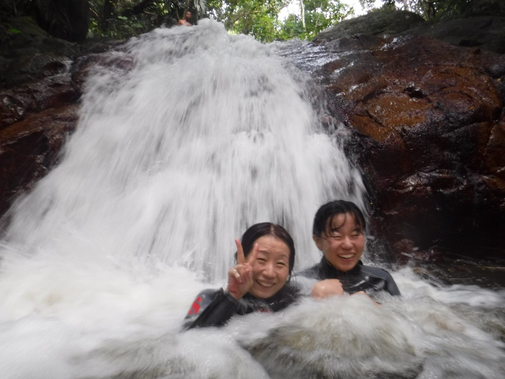 仲良し親子が滝つぼで滝行です