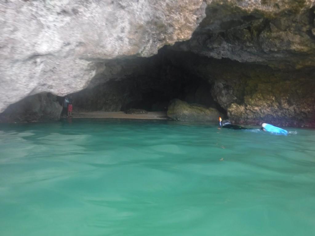 クリームソーダ色の青の洞窟正面