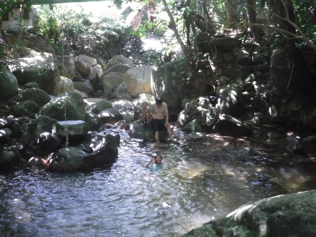 滝つぼで水遊び中