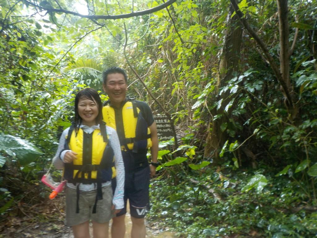 青の洞窟入り口ジャングル前で記念撮影