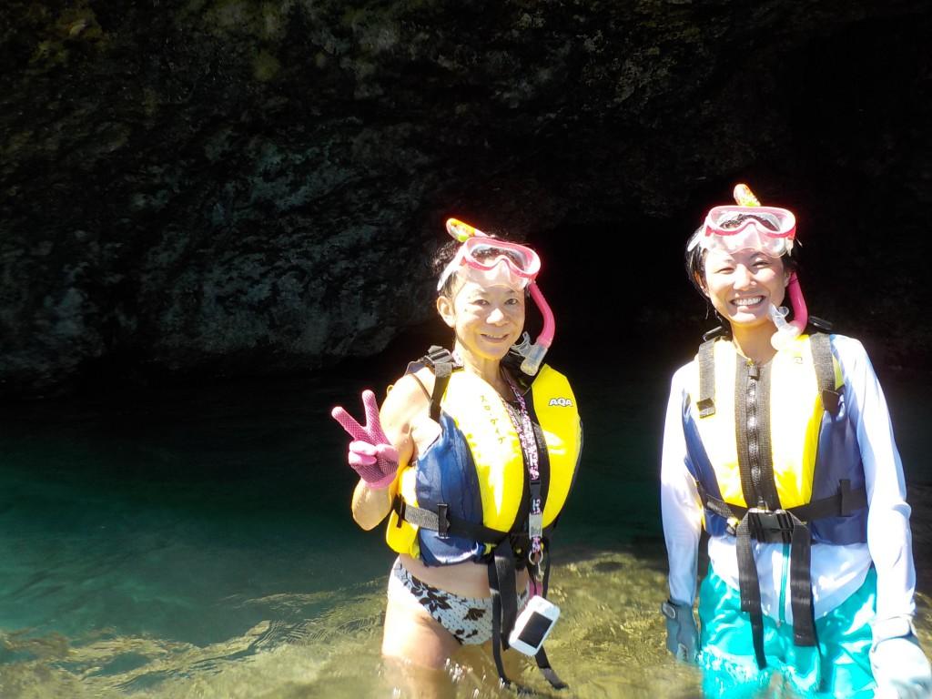 満潮時の青の洞窟で記念撮影