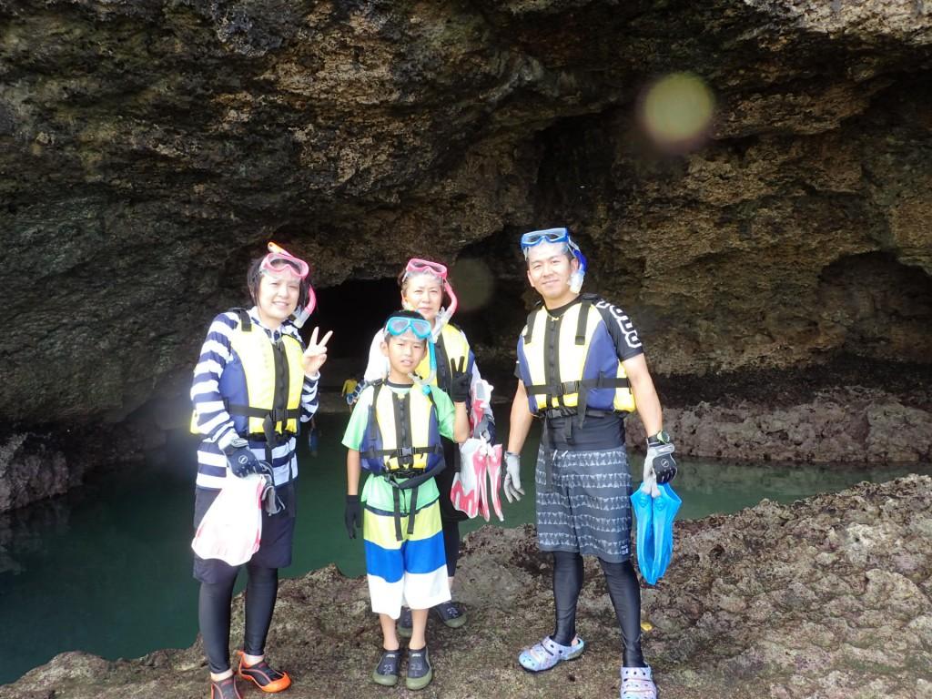 青の洞窟前で記念撮影