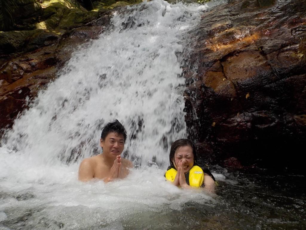 滝で修行中♪