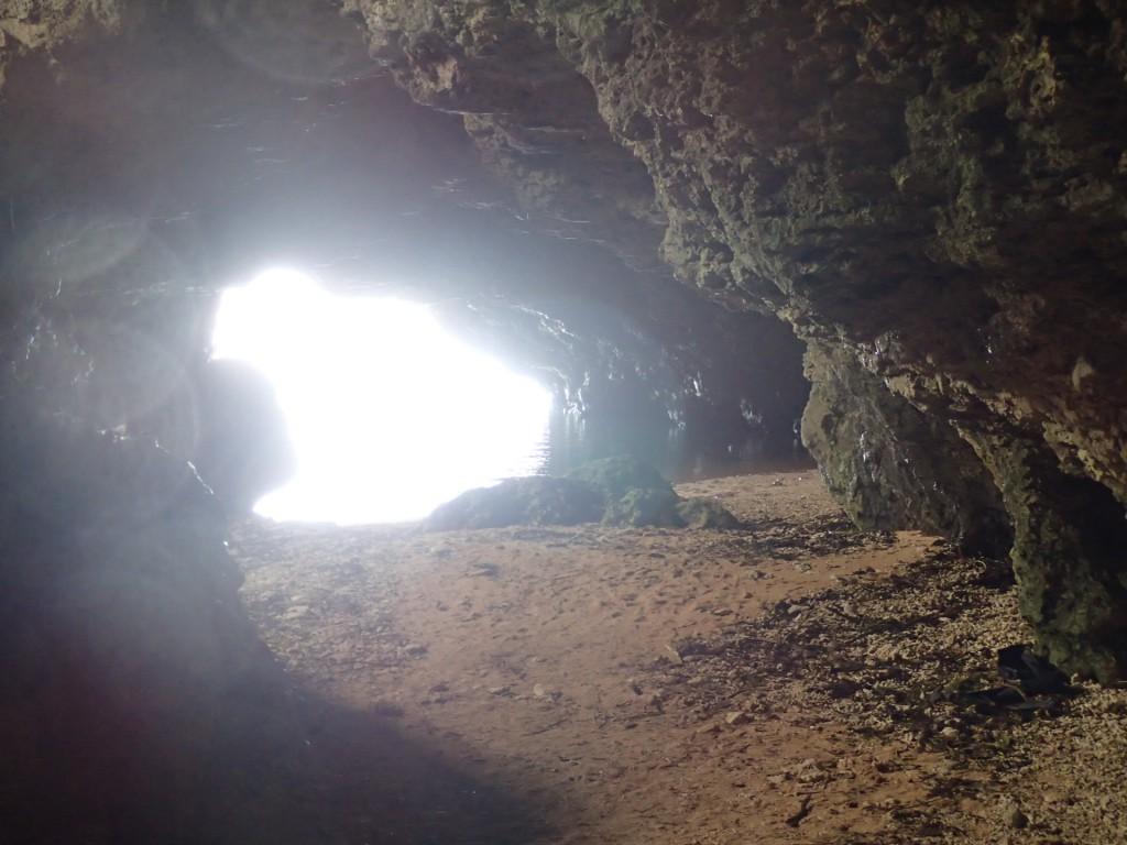 青の洞窟内から海へ向かって撮影
