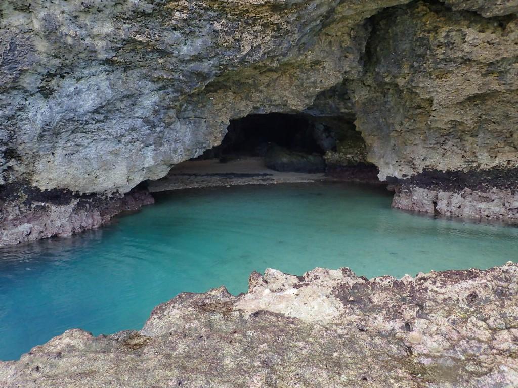 今日も洞窟前の潮溜まりは綺麗♪