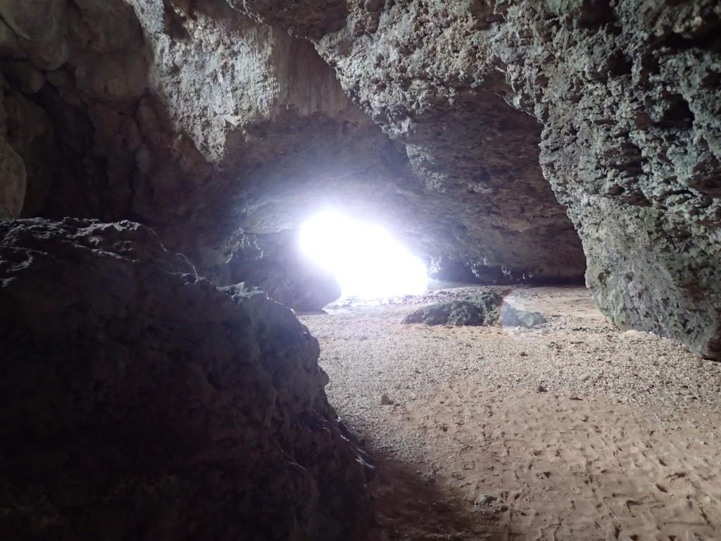 洞窟の外は木漏れ日が眩しい!